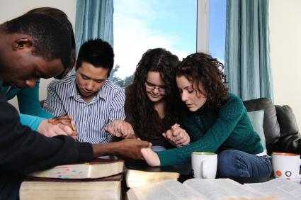Image result for Berdoa Bersama Teman Sekamar Kristen
